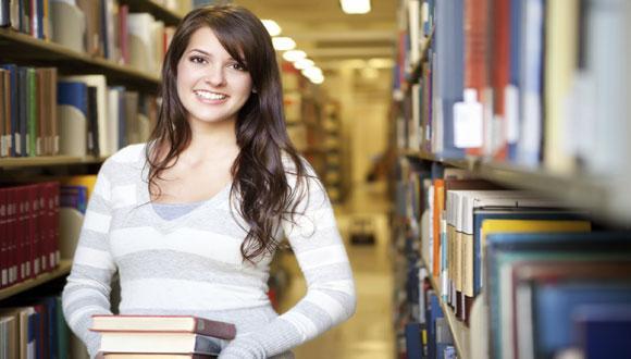 סטודנטית באולם קריאה