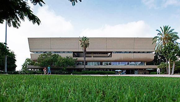 """בניין הספרייה המרכזית ע""""ש סוראסקי, תכנון נדלר ושות', 1968 צילום: יורם רשף"""